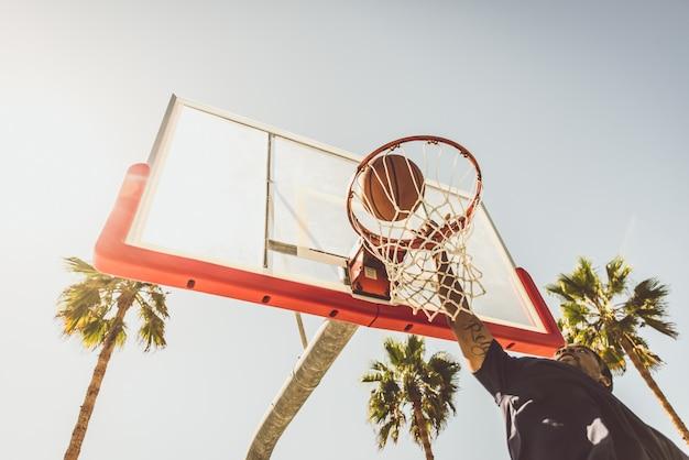 Basketball slam dunk su un campo californiano