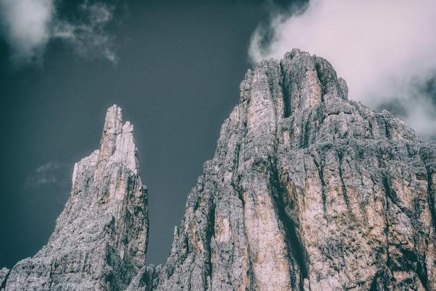 Basso angolo di montagne