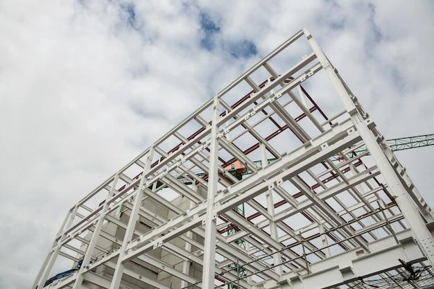 Basso angolo di vista scafolding sulla costruzione