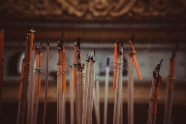 Bastoncini d'incenso che bruciano in un altare al tempio