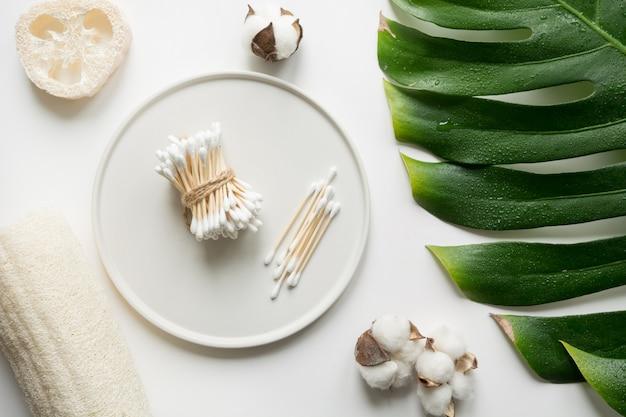 Bastoncini di bambù, cosmetici biologici, cotone, senza plastica. concetto di rifiuti zero per la cura del corpo. salva il pianeta.