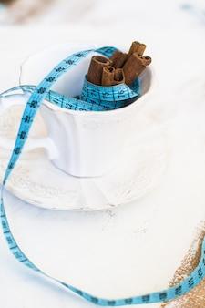 Bastoncini di cannella e misura di nastro