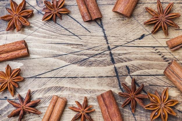 Bastoncini di cannella e stelle di anice su fondo di legno.