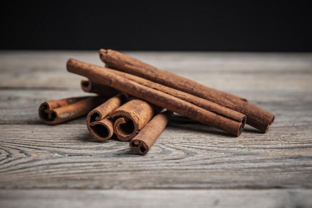 Bastoncini di cannella su legno.