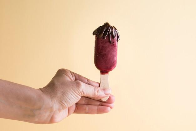 Bastoncini di gelato di frutta con cioccolato