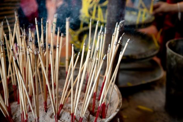 Bastoncini di incenso nel bruciatore di incenso