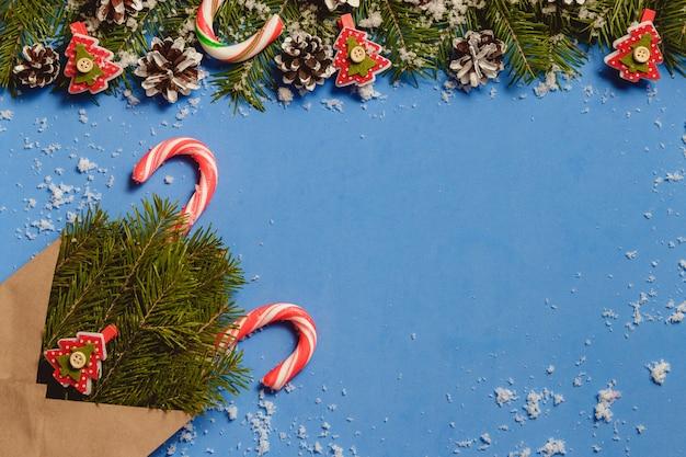 Bastoncini di zucchero di vista superiore e perni rossi a forma di abete in busta marrone artigianale