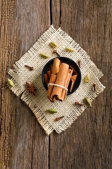 Bastoncino di cannella su fondo in legno