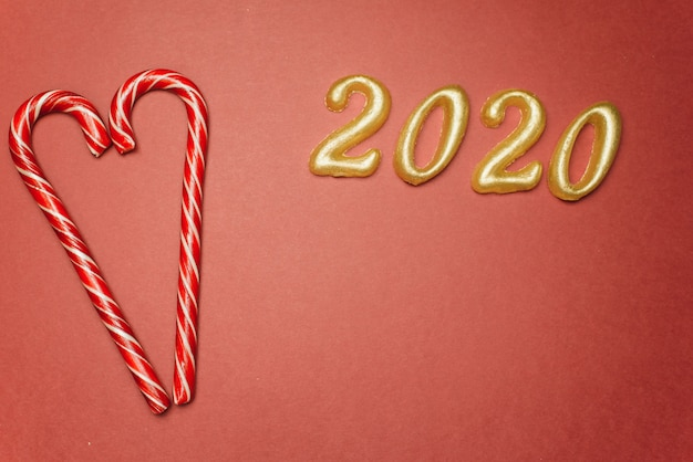 Bastoncino di zucchero con cuori e 2020 nuovo anno