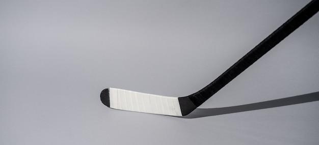 Bastone di hockey su ghiaccio su sfondo bianco isolato, attrezzature per giocatore di hockey