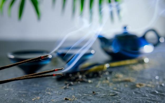 Bastone di incenso e tè. rituale del tè cinese. cerimonia orientale del tè di fabbricazione del tè. impostazione del tavolo da tè.