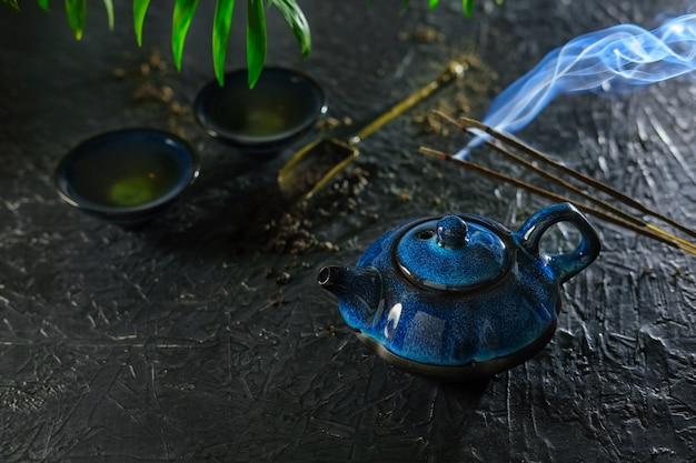 Bastone di incenso e tè. rituale del tè cinese.