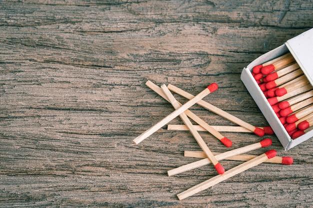 Bastone di legno di corrispondenza su un di legno