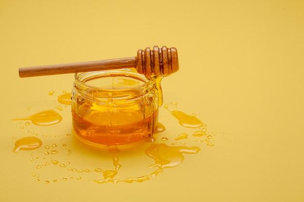 Bastone di miele del primo piano sopra la ciotola