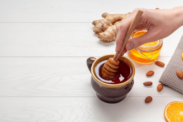 Bastone di miele della tenuta della mano del primo piano