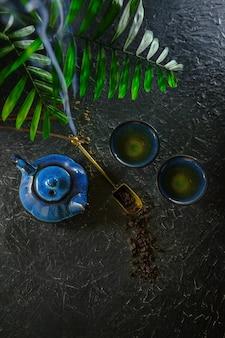 Bastone e tè di ncense. rituale del tè cinese. cerimonia orientale del tè di fabbricazione del tè.