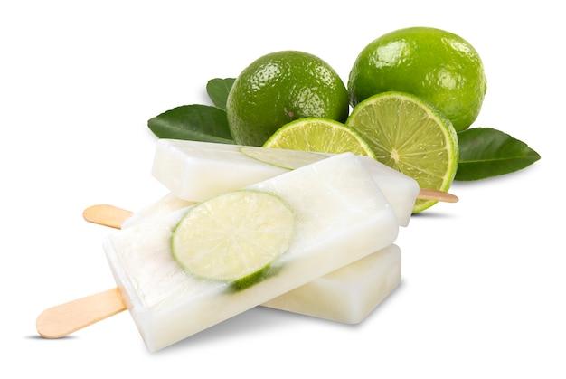 Bastoni il gusto del limone del gelato isolato su fondo bianco. pallet messicani.