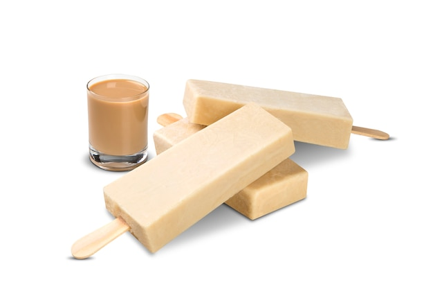 Bastoni il gusto di amarulla del gelato isolato su fondo bianco. pallet messicani.