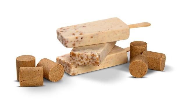 Bastoni il sapore della caramella dell'arachide del gelato isolato su fondo bianco. pallet messicani