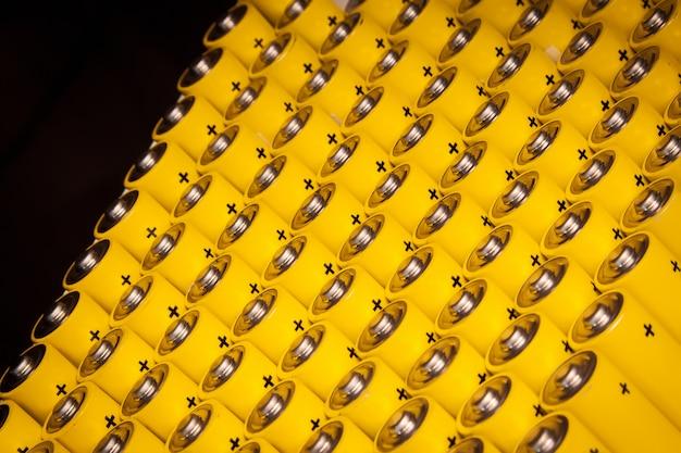 Batteria alcalina aa dimensioni. diverse batterie in file