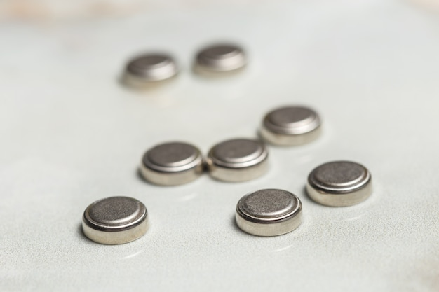 Batterie al litio isolate su bianco