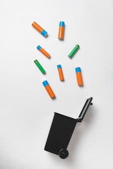 Batterie usate. smaltimento di batterie e accumulatori. concetto di riciclaggio dell'ecologia. telaio verticale