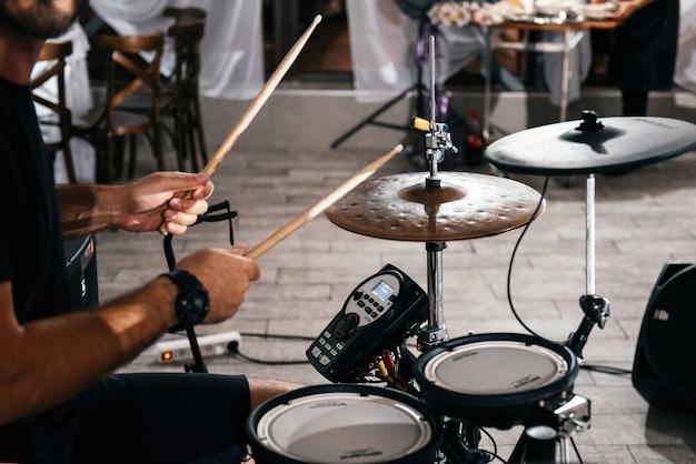 Batterista che suona in una festa