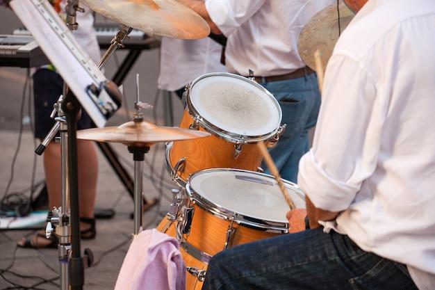Batterista durante il concerto di strada