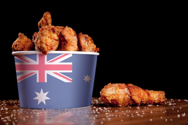 Bbq cosce di pollo nel secchio bianco