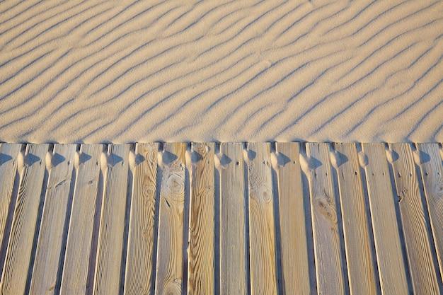 Beach passerella in legno e texture di dune di sabbia