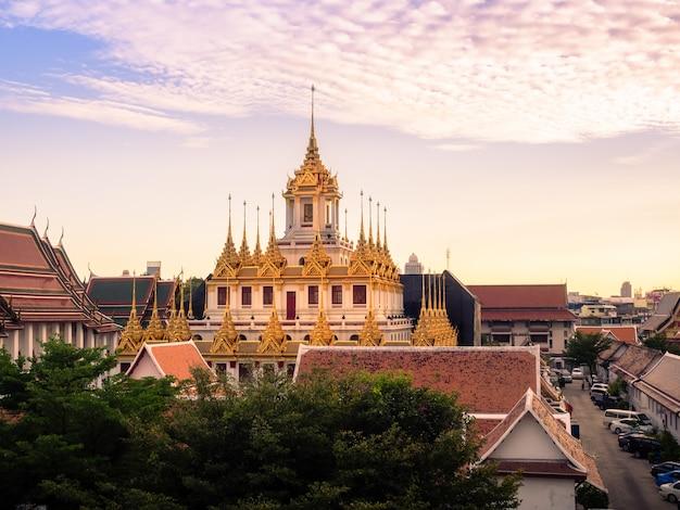 Beauty metal castle al crepuscolo. il castello del metallo uno del mondo bangkok, tailandia.