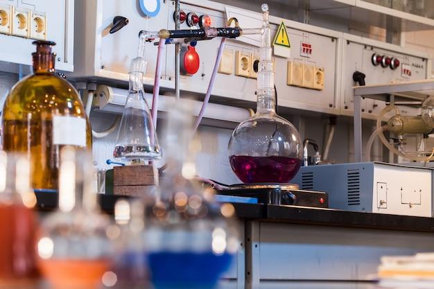 Becher con liquido colorato in laboratorio