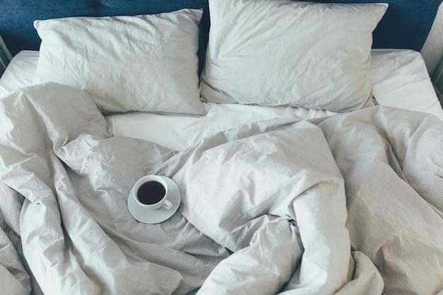 Bed-letto con cuscini e lenzuola bianche pulite nella stanza di bellezza. colazione del mattino con