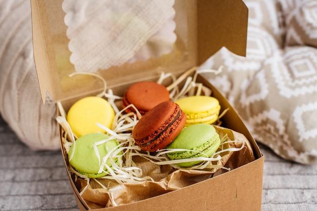 Bei amaretti multicolori in una scatola di cartone