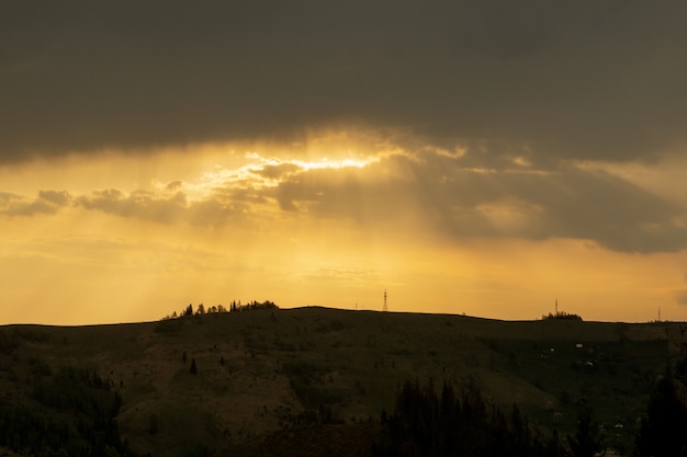 Bei colori del tramonto sulle montagne dei carpazi, ucraina, europa. tramonto dopo una calda giornata estiva. foto nei toni naturali arancio e blu.