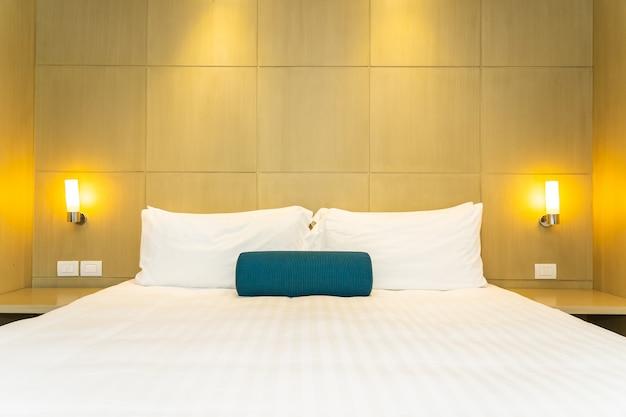 Bei cuscino e coperta bianchi sull'interno della decorazione del letto