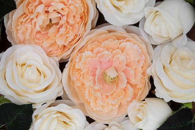 Bei fiori della primavera sul fondo marrone e femminile di bellezza
