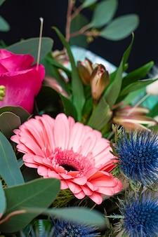 Bei fiori freschi in un primo piano del mazzo, orchidee, gerbere, rose. concetto di natura.
