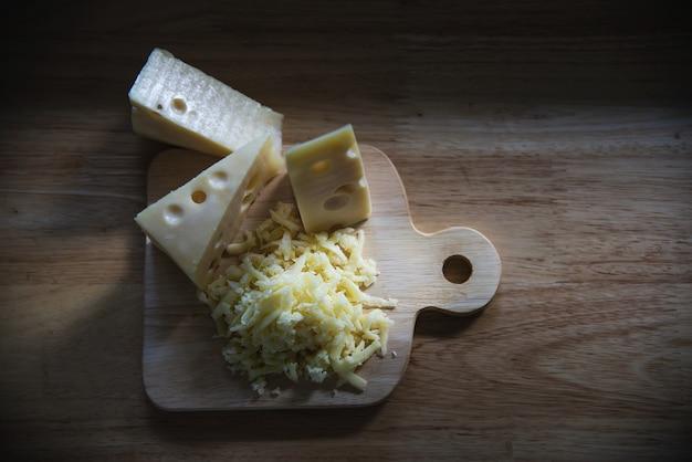 Bei formaggi in cucina - concetto di preparazione del cibo del formaggio