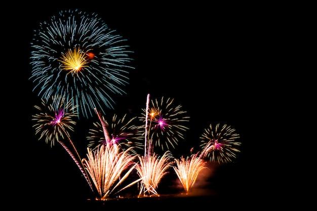 Bei fuochi d'artificio sul cielo nero