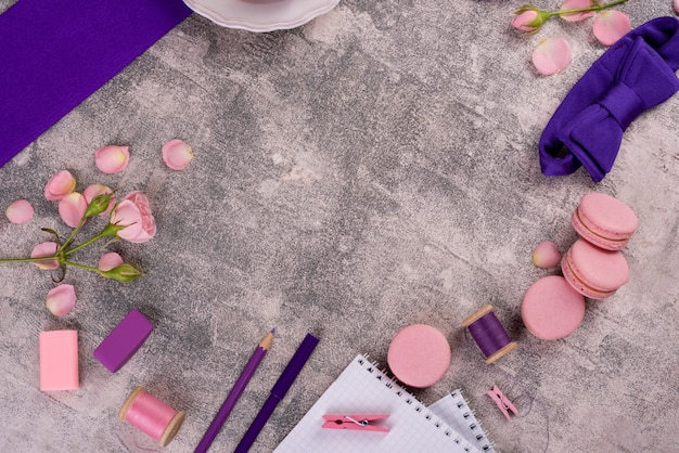 Bei maccheroni saporiti rosa su un fondo concreto