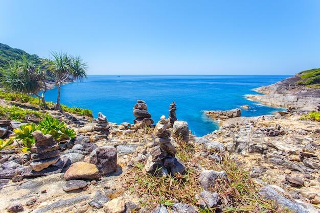 Bei mare e cielo blu della spiaggia tropicale all'isola di similan, mare delle andamane, tailandia