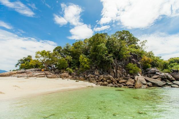 Bei mare e isola tropicali di andamane, tailandia