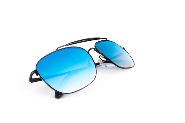 Bei occhiali da sole neri di lusso con la lente a specchio multicolore isolata su fondo bianco