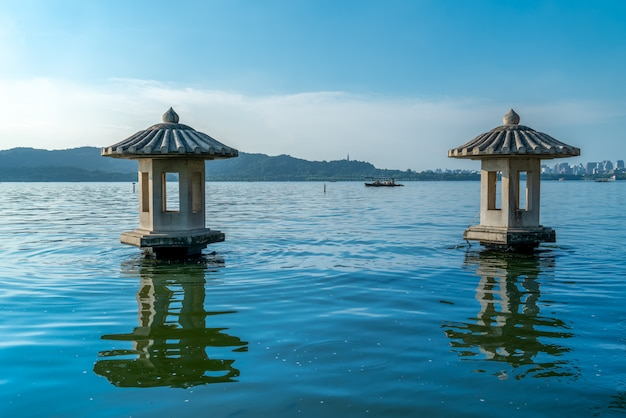 Bei paesaggio architettonico e paesaggio del lago ad ovest a hangzhou