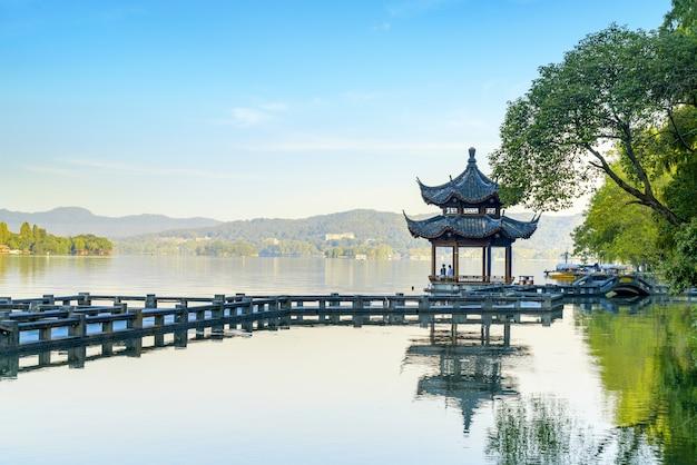 Bei paesaggio e paesaggio architettonici in lago ad ovest, hangzhou
