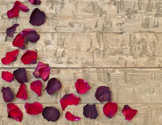 Bei petali di rosa sull'annata rustica. vecchie tavole di legno.