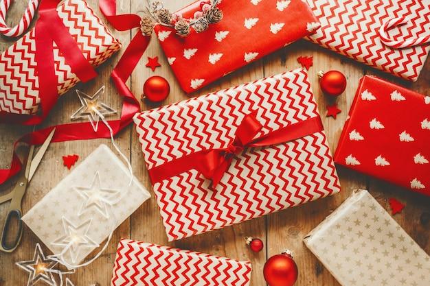 Bei regali di natale sulla tavola di legno