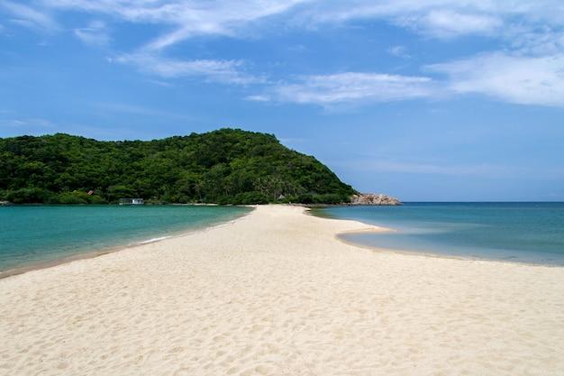 Bei spiaggia e cielo blu tropicali del mare nel giorno di estate di vacanza a koh phangan tailandia