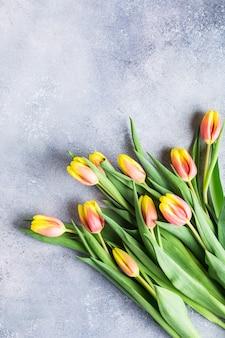 Bei tulipani arancioni gialli